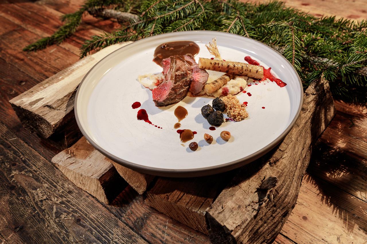 Holzsuppe aus Birke, Buche und Zirbe, gepoppte Schweinehaut, Pastinake aus der Glut